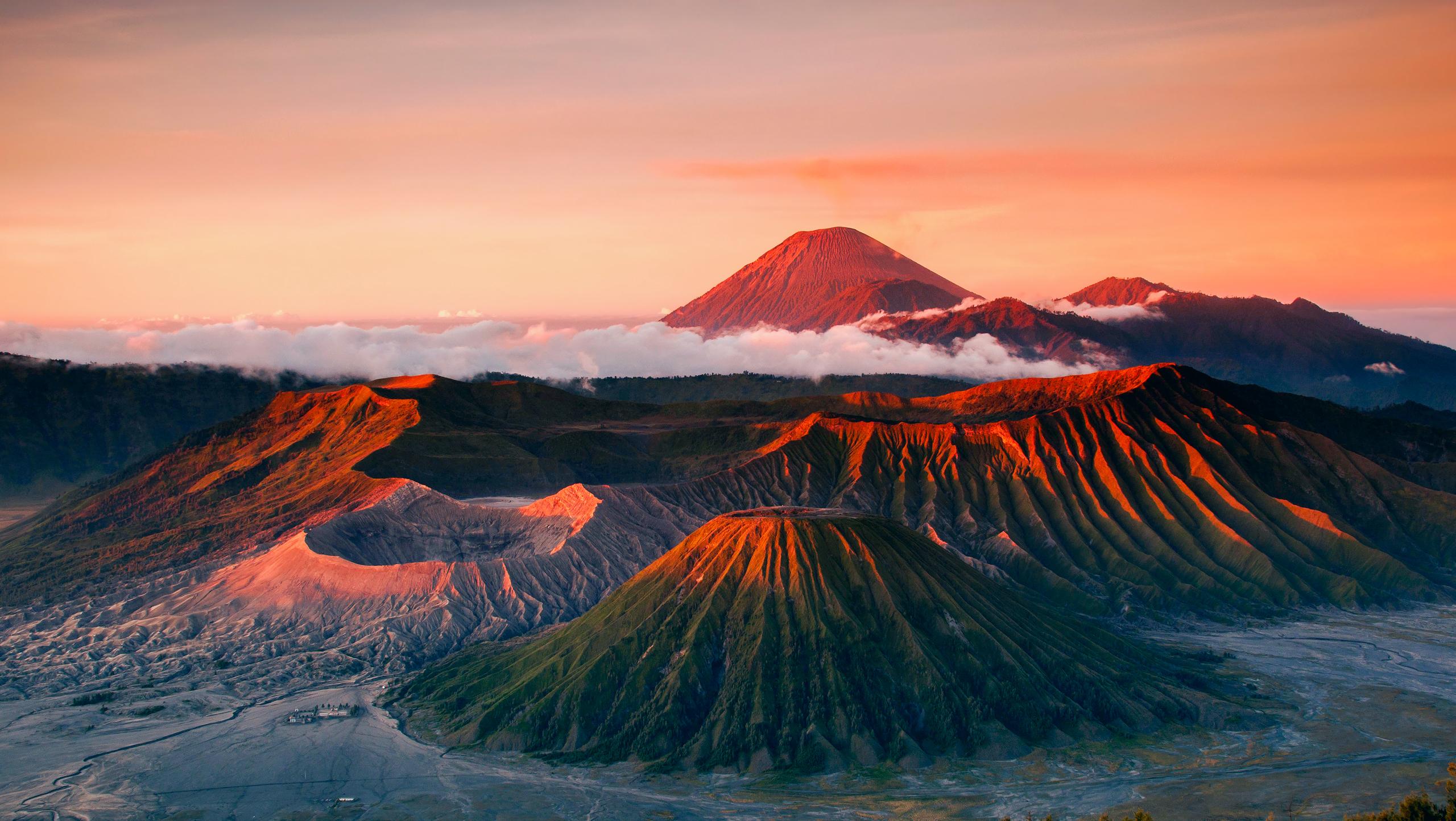 Keindahan matahari terbit dari Puncak Penanjakan dengan view Gunung Bromo | Sumber: Pesonaindo